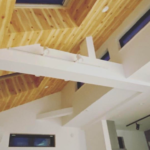 リビングの天井は木目調のアクセントクロスがおすすめ